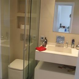detall prestatge sobre wc