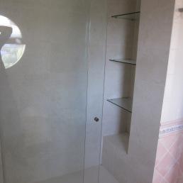 detall prestatges dins dutxa