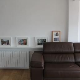 detalle estante encima radiador y detrás del sofá