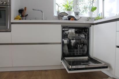mobles cuina amb porta rentaplats oberta.