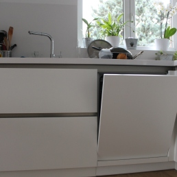 mobles cuina amb porta rentaplats mig oberta