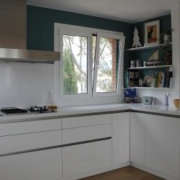 detall racó cuina amb prestatges de silestone blanc zeus.