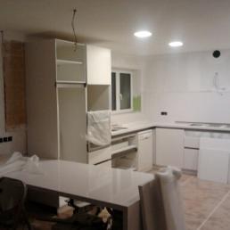 Col.locant mobles lacats de cuina menjador, la taula és de siletone blanc zeus.