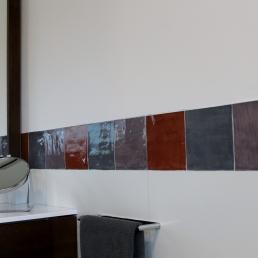 Detall de la sanefa, també a la dutxa, així es trenca el blanc de la paret donant un toc especial.