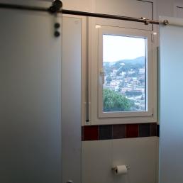 Per separa el wc del resta del bany s'ha col.locat una mampara de vidre a l'àcid per donar més intimitat en aquest espai.