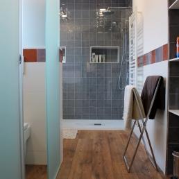 Prespectiva del bany, a l'esquerra el wc separat per mampara, a la dreta (no es veu) hi ha el moble de fusta amb la pica i mirall (fotos en aquest mateix blog) i al fons la dutxa amb radiador tovalloler. tot amb paviment de parquet especial per banys.