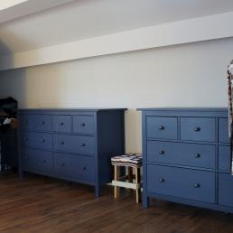 Aquí es veu millor l'obertura que s'ha fet. La paret on estan els quadres era tot continu, en canvi ara hi ha més espai i s'aprofita més, s'han col.locat dos mobles blaus amb un tamburet al mig.