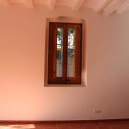 Tot el paviment de gres combinat amb parets i sostres pintats de blanc. Porticó de fusta.