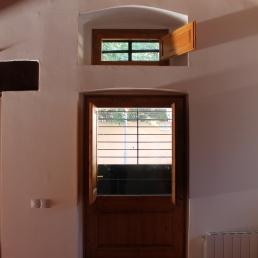 la porta de darrera la masia. Sostre recuperat masia antiga.