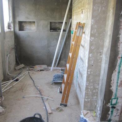 Al fons ja es veu els petits prestatges que aniran dins la dutxa, i a la part dreta de la foto el raconet dels prestatges.