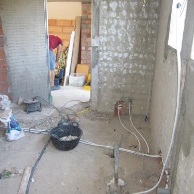 Col.locant estructura per porta corredissa i instal.lacions varies.